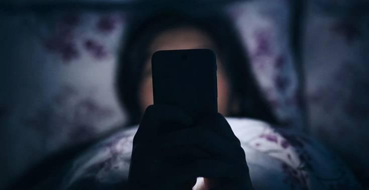 Il sonno rubato dallo smartphone e il fenomeno del 'vamping'
